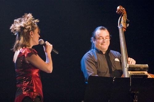 Louise Aubé en spectacle au Vieux-Clocher de Sherbrooke, accompagnée de Jean Cyr